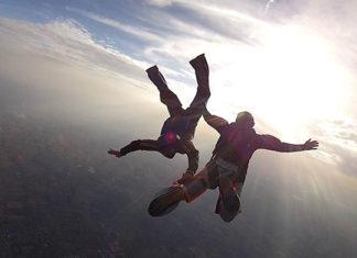 Skok ze spadochronem - poznaj najważniejsze zalety